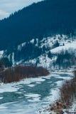 Τοπίο βουνών με τον ποταμό, τα κομψά δασικά και παραδοσιακά σπίτια Στοκ φωτογραφία με δικαίωμα ελεύθερης χρήσης