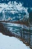 Τοπίο βουνών με τον ποταμό, τα κομψά δασικά και παραδοσιακά σπίτια Στοκ φωτογραφίες με δικαίωμα ελεύθερης χρήσης