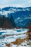 Τοπίο βουνών με τον ποταμό, τα κομψά δασικά και παραδοσιακά σπίτια Στοκ Φωτογραφίες