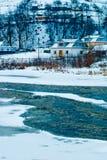 Τοπίο βουνών με τον ποταμό, τα κομψά δασικά και παραδοσιακά σπίτια Στοκ Εικόνα