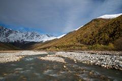 Τοπίο βουνών με τον ποταμό Enguri, Svaneti Γεωργία στοκ φωτογραφίες με δικαίωμα ελεύθερης χρήσης