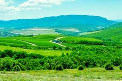 Τοπίο βουνών με τους βράχους, το μπλε ουρανό και τον Καύκασο στοκ φωτογραφία με δικαίωμα ελεύθερης χρήσης