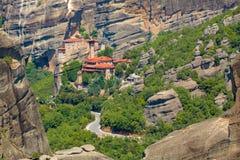 Τοπίο βουνών με τους βράχους Meteora και μοναστήρι Στοκ φωτογραφίες με δικαίωμα ελεύθερης χρήσης