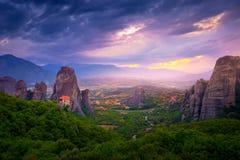 Τοπίο βουνών με τους βράχους Meteora και μοναστήρι Στοκ Εικόνες