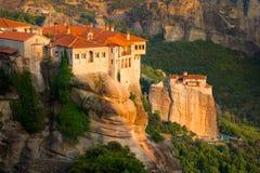 Τοπίο βουνών με τους βράχους Meteora και μοναστήρι Στοκ εικόνα με δικαίωμα ελεύθερης χρήσης