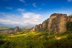 Τοπίο βουνών με τους βράχους Meteora και μοναστήρι Στοκ εικόνες με δικαίωμα ελεύθερης χρήσης