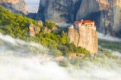 Τοπίο βουνών με τους βράχους Meteora και μοναστήρι Στοκ Εικόνα