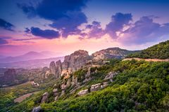 Τοπίο βουνών με τους βράχους Meteora και μοναστήρι Στοκ φωτογραφία με δικαίωμα ελεύθερης χρήσης