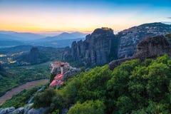 Τοπίο βουνών με τους βράχους Meteora και μοναστήρι Στοκ Φωτογραφία