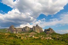 Τοπίο βουνών με τους βράχους Meteora και μοναστήρι Στοκ Φωτογραφίες