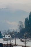 Τοπίο βουνών με το κομψό δάσος σε μια ομίχλη Στοκ Εικόνες