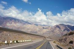 Τοπίο βουνών με το μπλε ουρανό και τον κενό δρόμο στοκ φωτογραφία με δικαίωμα ελεύθερης χρήσης