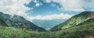 Τοπίο βουνών με το νεφελώδη ουρανό, φυσικό υπαίθριο υπόβαθρο ταξιδιού στοκ εικόνες με δικαίωμα ελεύθερης χρήσης
