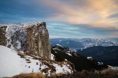Τοπίο βουνών με το χιόνι και το μπλε ουρανό Στοκ Φωτογραφία