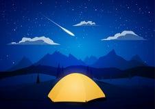 Τοπίο βουνών νύχτας με το στρατόπεδο και το μετεωρίτη σκηνών στοκ φωτογραφίες