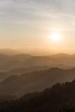 Τοπίο βουνών ξημερωμάτων με την ομίχλη σε Umphang Επαρχία γιων της Mae Hong, Ταϊλάνδη στοκ εικόνες
