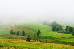 Τοπίο βουνών. Ομίχλη. Στοκ Φωτογραφίες