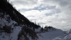 Τοπίο βουνών ορών με την ελαφριά ομίχλη φιλμ μικρού μήκους