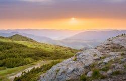 Τοπίο βουνών πρωινού κατά τη διάρκεια της ανατολής Foto HDR Στοκ Φωτογραφίες
