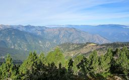 Τοπίο βουνών στα γαλλικά Πυρηναία κοντά στο PIC du Canigou, ορεινός όγκος Conigou, περιφερειακό πάρκο των καταλανικών Πυρηναίων,  στοκ εικόνα με δικαίωμα ελεύθερης χρήσης