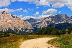 Τοπίο βουνών στην πορεία, το εξοχικό σπίτι, Marmolada και την πολύ συμπαθητική φύση στη Alta Badia, βουνά Ιταλία, Ευρώπη Dolomiti στοκ εικόνες με δικαίωμα ελεύθερης χρήσης