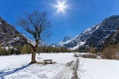 Τοπίο βουνών στην πρόωρη άνοιξη με το σαφείς μπλε ουρανό και την ηλιοφάνεια Αυστρία, Τύρολο, αλπικό πάρκο Karwendel, κοντά σε Gra στοκ φωτογραφία με δικαίωμα ελεύθερης χρήσης
