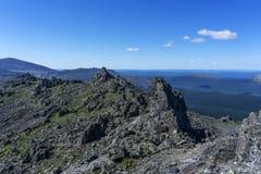 Τοπίο βουνών στους τόνους των Μαύρων και έτους στοκ εικόνα με δικαίωμα ελεύθερης χρήσης