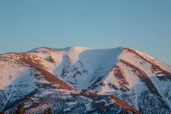 Τοπίο βουνών στο βράδυ Καυκάσια αιχμή βουνών με το χιόνι ΚΑΠ, Arkhyz, Ρωσία Στοκ φωτογραφία με δικαίωμα ελεύθερης χρήσης