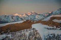 Τοπίο βουνών στο βράδυ Καυκάσια αιχμή βουνών με το χιόνι ΚΑΠ, Arkhyz, Ρωσία Στοκ Εικόνες