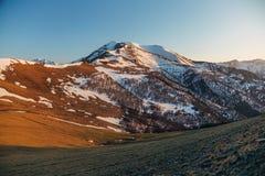 Τοπίο βουνών στο βράδυ Καυκάσια βουνά με τα καλύμματα χιονιού, Arkhyz, Ρωσία Στοκ Φωτογραφία