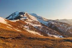 Τοπίο βουνών στο βράδυ Καυκάσια βουνά με τα καλύμματα χιονιού, Arkhyz, Ρωσία Στοκ εικόνα με δικαίωμα ελεύθερης χρήσης