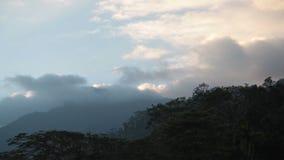 Τοπίο βουνών στο ηλιοβασίλεμα και την κίνηση σύννεφων φιλμ μικρού μήκους