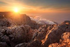 Τοπίο βουνών στο ηλιοβασίλεμα Καταπληκτική άποψη από την αιχμή βουνών Ε Στοκ εικόνα με δικαίωμα ελεύθερης χρήσης