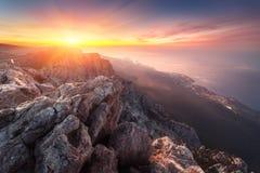 Τοπίο βουνών στο ηλιοβασίλεμα Καταπληκτική άποψη από την αιχμή βουνών Ε Στοκ φωτογραφία με δικαίωμα ελεύθερης χρήσης