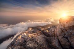 Τοπίο βουνών στο ηλιοβασίλεμα Καταπληκτική άποψη από την αιχμή βουνών Στοκ φωτογραφίες με δικαίωμα ελεύθερης χρήσης