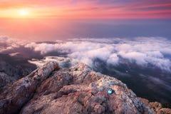 Τοπίο βουνών στο ηλιοβασίλεμα Καταπληκτική άποψη από την αιχμή βουνών Ε Στοκ φωτογραφίες με δικαίωμα ελεύθερης χρήσης