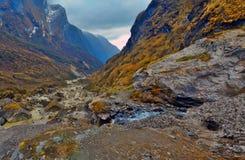 Τοπίο βουνών στο Ιμαλάια, διαδρομή στρατόπεδων βάσεων Annapurna, Νεπάλ Διαδρομή και ρεύμα Στοκ Φωτογραφία