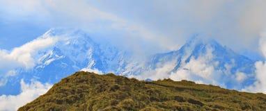 Τοπίο βουνών στο Ιμαλάια Νότος Annapurna, αιχμή Hiun Chuli, Νεπάλ Στοκ Εικόνα