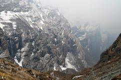Τοπίο βουνών στο Ιμαλάια Χιονώδης τοίχος, διαδρομή στρατόπεδων βάσεων Annapurna Στοκ εικόνα με δικαίωμα ελεύθερης χρήσης