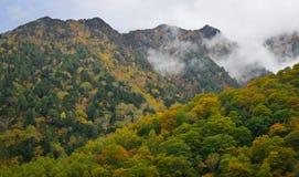 Τοπίο βουνών στο φθινόπωρο στην Ιαπωνία Στοκ φωτογραφία με δικαίωμα ελεύθερης χρήσης