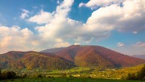 Τοπίο βουνών φθινοπώρου με γρήγορες σύννεφα και σκιές απόθεμα βίντεο