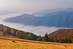 Τοπίο βουνών φθινοπώρου στην ανατολή με την ομίχλη θάλασσας στην κοιλάδα Στοκ φωτογραφία με δικαίωμα ελεύθερης χρήσης