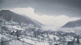 Τοπίο βουνών χειμερινού χιονιού με την τήξη snowcap στο πρώτο πλάνο φιλμ μικρού μήκους