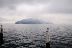 Τοπίο βουνών χειμερινών λιμνών στην ομίχλη Στοκ Εικόνα