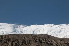 Τοπίο βουνών χιονιού με το μπλε ουρανό Στοκ φωτογραφία με δικαίωμα ελεύθερης χρήσης