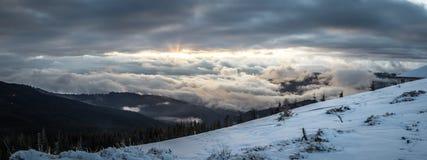 Τοπίο βουνών χιονιού πανοράματος Ανατολή πέρα από το Καρπάθιο βουνό στην Ουκρανία Στοκ εικόνα με δικαίωμα ελεύθερης χρήσης