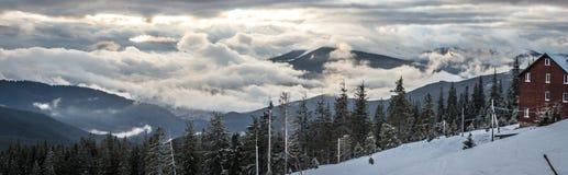 Τοπίο βουνών χιονιού πανοράματος Ανατολή πέρα από το Καρπάθιο βουνό στην Ουκρανία Στοκ Φωτογραφία