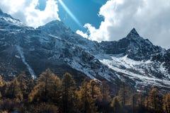 Τοπίο βουνών χιονιού στα τέλη του φθινοπώρου στη φυσική περιοχή κοιλάδων bipeng, Sichuan στοκ εικόνες με δικαίωμα ελεύθερης χρήσης
