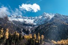 Τοπίο βουνών χιονιού στα τέλη του φθινοπώρου στη φυσική περιοχή κοιλάδων bipeng, Sichuan στοκ φωτογραφίες με δικαίωμα ελεύθερης χρήσης
