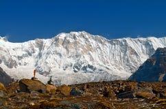 Τοπίο βουνών χιονιού στους τάφους του Ιμαλαίαυ και ορειβατών στο στρατόπεδο βάσεων Annapurna Στοκ φωτογραφίες με δικαίωμα ελεύθερης χρήσης
